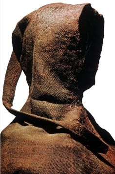 An extant hood from the Bocksten man, a fourteenth-century bog body from Sweden. The long tail of fabric at the back of the hood is known as a liripipe and is entirely decorative. Fabric looks like tweed. Viking Clothing, Renaissance Clothing, Medieval Fashion, Historical Costume, Historical Clothing, Historical Dress, Medieval Costume, Medieval Hair, Medieval Life