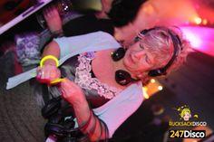 Silent Disco Party Leise disco rucksack disco mieten www.247disco.de / Telefon-Nr. 015739275975 Bei einer Silent Disco kopfhörer-party bekommt jeder Teilnehmer seine ganz persönlichen Kopfhörer und kann so niemanden mehr durch laute Musik stören. Ab jetzt können sie ihre Party noch so laut werden lassen, die Musik dringt nicht mehr nach außen. Die Leise Disco hat noch weitere tolle Vorteile, wie zum Beispiel: Lautstärkenregulierung. Denn jeder kann an seinem Kopfhörer die Lautstärke…