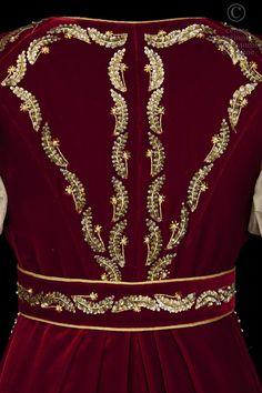 Diana Descriptif costume: Costume de style empire. Robe à taille haute en moire rose pâle, manches ballons avec rangs de perles et broderies dans le bas de la robe. Manteau de cour avec traîne en velours rouge brodé or. Hand Work Embroidery, Silk Ribbon Embroidery, Gold Gown, 18th Century Fashion, Moroccan Caftan, Arabic Dress, African Dress, Traditional Outfits, Boutique