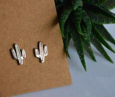 Questi simpatici orecchini a forma di cactus sono in argento 925 e fatti interamente a mano.NO LASER. Adatti da indossare tutti i giorni per la loro piccola dimensione e leggerezza. Ideali per donare allegria a te o come regalo per una a persona cara. --- Dettagli ---- Materiale : Argento 925 Dimensione : circa 1,2x0,7 cm (0,47x0,27) . Per favore,comunicare se si desidera una diversa dimensione. Chiusura con perno e farfallina. Finitura lucida Estremamente leggero e comodo, perfetto per… Tiny Stud Earrings, Cute Earrings, 925 Silver, Cactus, Swarovski, Cufflinks, Accessories, Shape, Gift