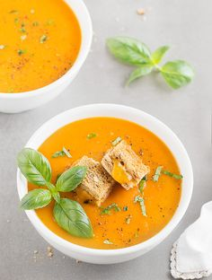 An easy and creamy Roasted Tomato Basil Soup topped with golden grilled cheese croutons. No heavy cream, cream cheese or sugar added to the soup! Vegetarian Soup, Healthy Soup, Healthy Recipes, Vegan Soups, Quick Recipes, Roasted Tomato Basil Soup, Roasted Tomatoes, Gazpacho, Thai Curry