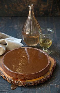 Torta de caramelo e chocolate   Copo e garrafa da Ideia única, guardanapo da D. Filipa (Foto: Cacá Bratke / Editora Globo)
