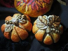 """These are loaves of bread """"painted"""" to look like pumpkins.  So cool.  Lots of creative ideas on this blog.  Enjoy <3 <3 <3 Chef Tess Bakeresse: New Fall Decorative Breads!"""