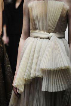 Couture Fashion Show: Christian Dior Christian Dior Couture, Dior Haute Couture, Style Couture, Couture Details, Fashion Details, Christian Dior Gowns, Runway Fashion, High Fashion, Fashion Show