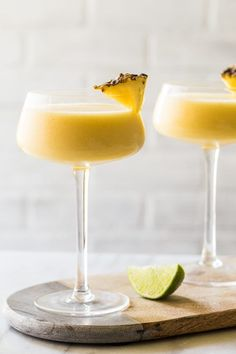 Frozen Pineapple Mango Daiquiri Simple and refreshing Frozen Pineapple Mango Daiquiri full of fresh pineapple for a cocktail hour that will beat the summer heat - Fresh Drinks Mango Daiquiri, Frozen Daiquiri, Daiquiri Cocktail, Cocktail Drinks, Frozen Pineapple, Pineapple Cocktail, Pineapple Juice, Fancy Drinks, Gastronomia