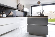 Modern handless kitchen design in high gloss light grey and metal lacquer finish on the island New Kitchen, Kitchen Dining, Kitchen Ideas, Grey Gloss Kitchen, Kitchen Interior Inspiration, Living Room Storage, Grey Kitchens, Kitchen Remodeling, High Gloss
