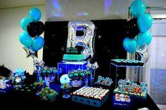 Teen party. Festa teen. Aniversário para crianças grandes ou para jovens adultos não precisa ser sem graça: fizemos uma decoração toda em azul e preto para a comemoração de dez anos do Bruno.