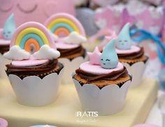 Chuva de Amor para o 1º aninho da Valentina !!! . Doce: Cupcakes . Buffet e decoração: @felicibuffet . Fotos: @fotoratts . #doces #docesdecorados #docespersonalizados #chuvadeamor #chuvadeamorladocica #festachuvadeamor #docescuiaba #doceriacuiaba #ladocica #ladocicadoces #festainfantil