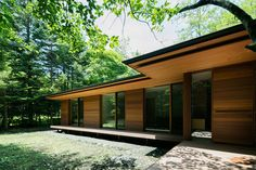 Traditional Japanese and modernist architecture come together in Kidosaki Architects Studio's Yokouchi Residence. Beautiful Architecture, Architecture Design, Japanese Modern House, Traditional Japanese, Karuizawa, Mid Century House, Modern House Design, New Homes, House Styles