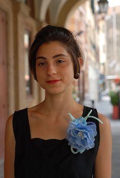 Fiore in Seta Pura Azzurro con pistillo Bianco su pettine o spillo per abito