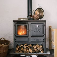hygge home with a beautiful wood stove Casa Hygge, Hygge Home, Country Interior Design, Interior And Exterior, English Country Kitchens, Devol Kitchens, Cooking Stove, Stove Oven, Cooking Pork