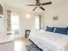 Master Bedroom with King - King size bed and en-suite bathroom in the master bedroom. Kaui