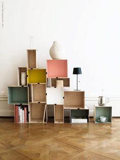 Une jolie bibliothèque réalisée à partir de boites en bois IKEA peintes en couleurs et de pinces à dessin. (c) Livet Hemma