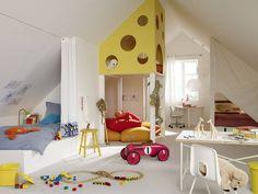Każde z dzieci ma swoją prywatną strefę – łóżka można zasłonić kotarą rozciągniętą na żyłce. Pośrodku pokoju – domowy plac zabaw – antresola pokryta płytą z otworami przypominającymi żółty ser. By dostać się na górę trzeba wspiąć się po schodkach. Pod antresolą poduchy – siedziska. Jest też miejsce do nauki – stoliki i krzesełka ustawione pod oknami.