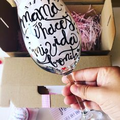 copa de vino para madres. El regalo perfecto para el día de la madre. La copa para mamá. Una copa personalizada y pintada a mano con pintura resistente a los lavados. SHOP ONLINE: WWW.MOS-TAZA.COM