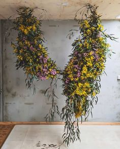 INSPO// This incredible floral art installation by 👌🏼 Hanging Flower Arrangements, Hanging Flowers, Floral Arrangements, Deco Floral, Floral Wall, Floral Design, Flower Installation, Floral Chandelier, Floral Centerpieces
