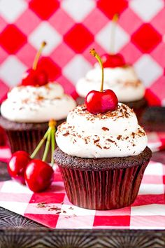 Who doesn't love cupcakes? Cupcakes are the perfect dessert – easy and quick, simple to prepare for any occasion. Cupcake Frosting, Baking Cupcakes, Cupcake Recipes, Dessert Recipes, Cupcake Art, Milk Recipes, Party Recipes, Buttercream Frosting, Rainbow Muffins