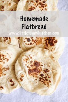 Nothing beats homemade soft flatbread that is not only delicious but also really fun to make! These flatbreads are ready in under 45 minutes from start to finish and require very basic ingredients. Easy Flatbread Recipes, Easy Bread Recipes, Baking Recipes, Great Recipes, Favorite Recipes, Flat Bread Recipe Easy, Homemade Flatbreads, Bread Bun, Indian Food Recipes