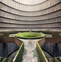 Interior de una torre de enfriamiento abandonada. (© Jan Stel, 2014 Sony World Photography Awards)