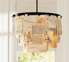 DIY-Kronleuchter aus Buchseiten, befestigt mit Geldklammern.
