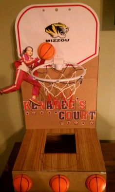 """Basketball Court"" Valentine's Day box for D - SF Valentine Baskets, Valentine Day Boxes, Valentines For Boys, Homemade Valentines, Valentine Day Crafts, Valentine Ideas, Valentinstag Party, Basketball Valentine Boxes, Basketball Party"