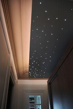 faux plafond décalé mettant en valeur les moulures haussmanniennes avec un éclairage LED pour un ciel étoilé