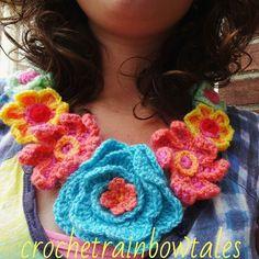 Ik haakte een ketting vol met bloemen. Helemaal in style met de bloemencorsosjaal  nooit geweten dat zonder patroon haken zo relaxt is. Het zonder te weten wat je ga maken gewoon beginnen met haken en kijken wat er uit je kom geweldig!!!! Had ik veel eerder moeten gaan doen! #crochetnecklace #crochetflowers by crochetrainbowtales