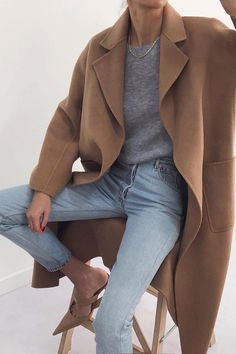 17 Simple Denim Outfits You Can Copy Now Blue jeans with grey sweater and long camel coat Outfit Jeans, Denim Outfits, Winter Outfits, Casual Outfits, Fashion Outfits, Womens Fashion, Camel Coat Outfit, Grey Sweater Outfit, Grey Outfit