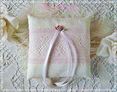 Ringkissen LACE WITH A ROSE Ivory Spitze Seide  von Rosenknopf auf DaWanda.com
