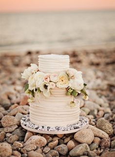 If your trying to pinpoint the perfect décor for your beach wedding cake, let the ocean be your guide. Browse our favorite beach wedding cakes. Nantucket Wedding, Seaside Wedding, Beach Weddings, Garden Weddings, Spring Weddings, Wedding White, Nautical Wedding, Indian Weddings, Destination Weddings