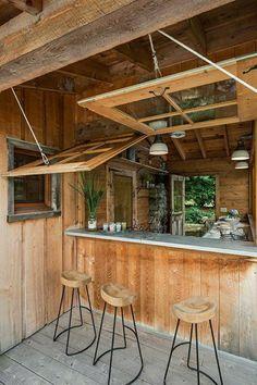 tabouret design en bois et fer forgé noir, plafond en bois, toit haute en bois, meuble bar