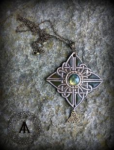 Green and Bronze Leather Celtic Embossed Pendant with Labradorite Stone di LaborARTorIA su Etsy https://www.etsy.com/it/listing/528587407/green-and-bronze-leather-celtic-embossed
