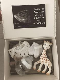 Baby Surprise Announcement, Baby Announcement To Parents, Baby Announcement Pictures, Cute Baby Announcements, Creative Pregnancy Announcement, Surprise Pregnancy, Pregnancy Reveal Photos, Pregnant Announcement To Husband, Baby News