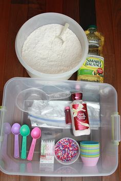 Post by Contributing Writer Amy You will want to make real cupcakes to eat after playing with this cloud dough because it smells so good! Toddler Activity Bags, Toddler Sensory Bins, Sensory Tubs, Sensory Boxes, Toddler Fun, Toddler Games, Sensory Play, Games For Toddlers, Indoor Activities For Kids