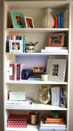 how to style a bookshelf | champagne picnic
