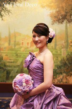 こちらの新婦さんのお色直しの時のご様子です。白い総レースの正統派なドレスから、紫色のドレスにお召し替え。ハリのある布地の紫のドレス、大人っぽくてエレガント...