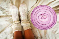 """Este truque parece bom demais para ser verdade, mas na realidade é mesmo verdade e resulta mesmo! Vais ficar impressionado com os resultados! Fazendo este """"truque"""" o teu corpo é limpo de forma 100% natural, sem teres sequer que fazer qualquer esforço. Tudo acontece enquanto dormes. O segredo está nos nossos pés. E num vegetal que tem fabulosas propriedades."""