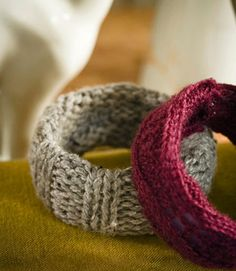 Recycled-sweater crafts: Bangles - Basic bracelets get dressed for the season in soft yarn (and, if you use jewelry you already own, they cost next to nothing). Just cover a plastic cuff in a strip of chunky knit, then hot-glue in place on the inside. Diy Jewelry Projects, Jewelry Crafts, Handmade Jewelry, Jewelry Ideas, Ropa Upcycling, Recycled Crafts, Diy Crafts, Alter Pullover, Recycled Sweaters