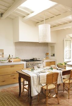 〚 Another magnificent old home returned to life in Spain 〛 ◾ Photos ◾Ideas◾ Design Kitchen Dining, Kitchen Decor, Dining Room, Mediterranean Decor, Cottage House Plans, Cuisines Design, Surf House, Updated Kitchen, Cool Kitchens