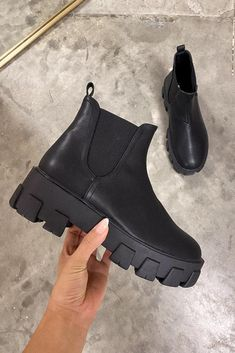 Black Boots Outfit, All Black Shoes, Chunky Heels Outfit, Black Shoes Sneakers, Black 7, Chunky Shoes, Prada, Swag Shoes, Stylish Clothes