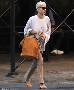 Zoe Kravitz cuts a chic figure in taupe trousers with cream sweater Natural beauty: Zoe Kravitz donned taupe trousers with an oversized cream sweater for an e. Zoe Kravitz cuts a chic figure in taupe trousers with cream sweat Teen Vogue, Zoe Kravitz Tattoos, Zoe Kravitz Style, Lenny Kravitz, Zoe Isabella Kravitz, Short Hair Outfits, Off Shoulder Outfits, Vintage Pants, Short Styles