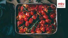Uunifetaraviolit valmistuvat yhdessä vuoassa superhelposti! Reseptin ideoi Liemessä-ruokablogin Jenni Häyrinen ja se on helpotettu versio hitiksi muodostuneesta uunifetapasta-reseptistä. Pasta Alfredo, Ravioli, Kung Pao Chicken, Mozzarella, Feta, Chili, Jenni, Ethnic Recipes, Chile