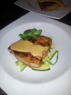 Zwaardvis fillet op courgette linten en een romige saus van tomaten boter