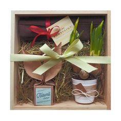Eine besondere Geschenkbox für sinnliche Ostertage. Alle Produkte sind von Hand gemacht und mit hochwertigen Inhaltsstoffen.  BodyPaint – erotische Malerei auf nackter Haut Schokolade einfach auf Lieblingsmensch und Lieblingskörperpartie auftragen und... Mehr erfahren: www.lunaestella.com   #schönemomente #geschenk #geschenkset #geschenkbox #schweiz #wertschätzung #mittvielliebe #lunaestella #nachhaltig #nachhaltigleben Gift Wrapping, Gifts, Hand Made, Simple, Cocoa Butter, Raspberries, Switzerland, Eggs, Chocolate