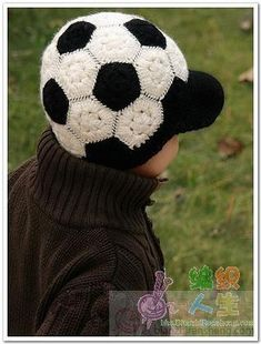 Crochet soccer ball hat with brim! You could make it in any colours as its a really nice pattern/design :-) Bonnet Crochet, Crochet Beanie, Knit Or Crochet, Cute Crochet, Crochet Crafts, Single Crochet, Crochet Kids Hats, Crochet For Boys, Crochet Clothes