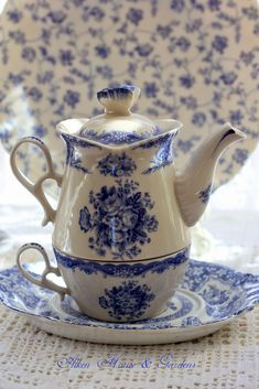 Love this teapot/teacup set! Gorgeous and practical.