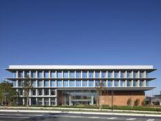 アトリウムのある郊外型本社ビル  カインズ新本部   Nikken Sekkei + NSD|日建設計 Building Elevation, Building Exterior, Building Facade, Archi Design, Facade Design, Case Study Design, Dorm Design, Police Station, Facade Architecture