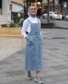 Limage contient peut-être: 1 personne debout et plein air - Tesettür Elbise Modelleri 2020 - Tesettür Modelleri ve Modası 2019 ve 2020 Modern Hijab Fashion, Street Hijab Fashion, Hijab Fashion Inspiration, Muslim Fashion, Fashion Outfits, Stylish Hijab, Casual Hijab Outfit, Hijab Chic, Hijab Jeans