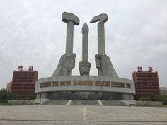 Hamer, penseel en sikkel. Veelvoorkomend symbool in Noord-Korea. North Korea, Pisa, Tower, Building, Travel, Rook, Viajes, Computer Case, Buildings