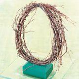 En lodret birkekrans danner en flot ramme om det lille påsketableau - her er et forslag til fin påskepynt, du selv kan kreere.